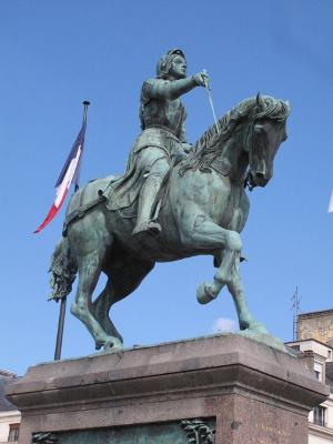 銅像は緑青に守られている