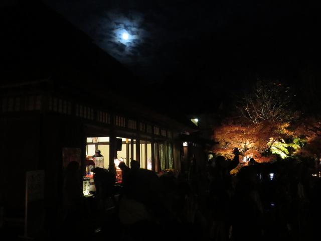 松島円通院の紅葉ライトアップ(本堂と月)