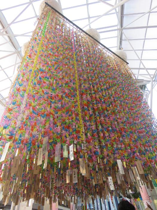 仙台市内小中学生が作る折鶴の七夕飾り1