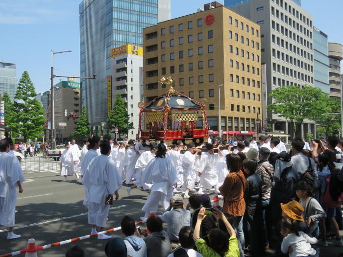 青葉神社神輿渡御04