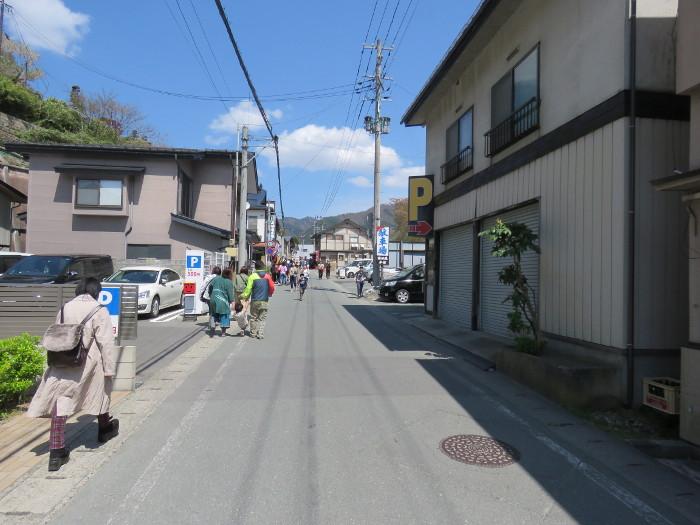 山寺に向かう道沿いの駐車場