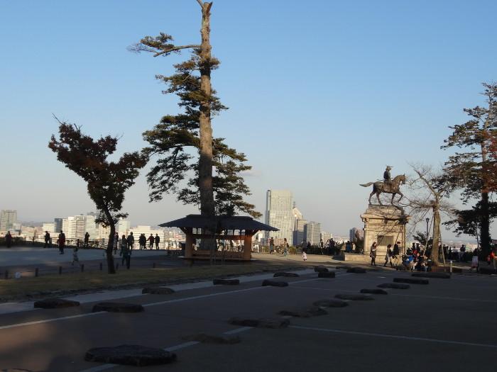 伊達政宗騎馬像と仙台市街