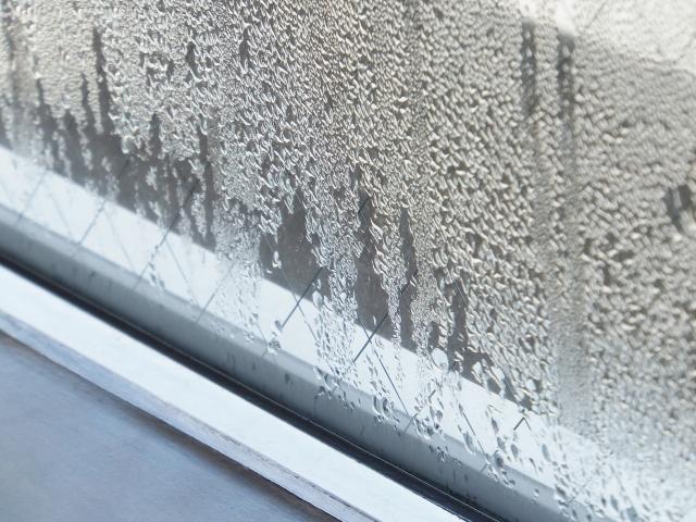 窓の結露は相対的に湿度が上昇するから
